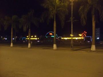 夜のタインホア駅前広場